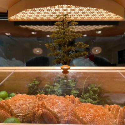 ショーケースに並ぶ毛蟹