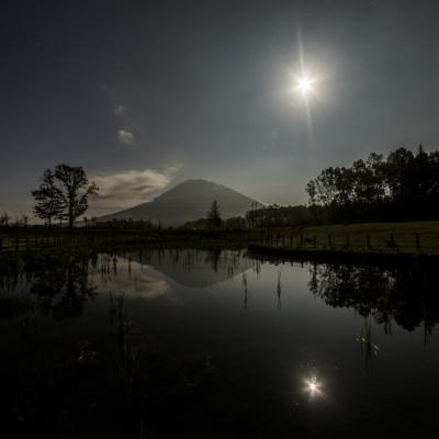 羊蹄山と満月